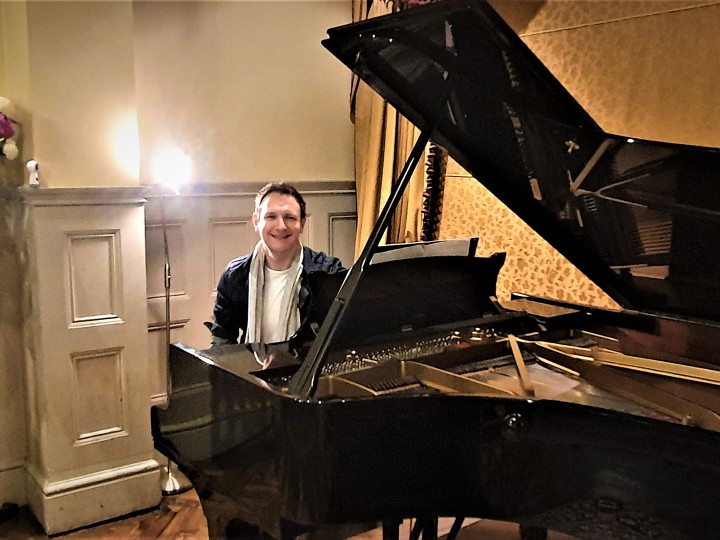 Del Gibbons at a Steinway grand piano 2020